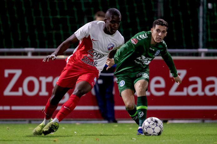 Mohamed Hamdaoui van De Graafschap (rechts) in duel met Mark Pabai van Jong FC Utrecht.