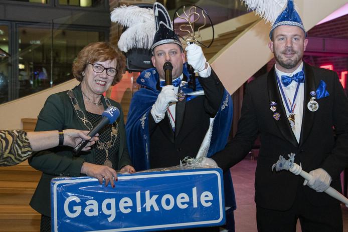 Burgemeester Anneke Raven overhandigde donderdagavond de Hellendoornse gemeentesleutel aan Prins Twan I  van de Nijverdalse carnavalsvereniging De Gagelkaeltjes.