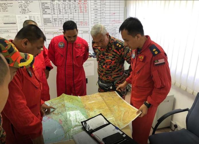 Reddingswerkers zijn op zoek naar de nog vermiste gids.