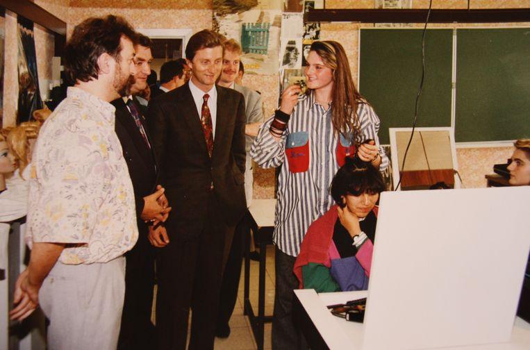 Christine Vanloo en Edwin Eloy van kapperszaak Duo in De Panne. Foto uit 1992 toen toenmalig prins Filip het Vormingsinstituut bezocht. Links zie je Edwin en daarnaast Guido Hoste