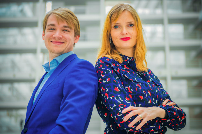 Presentatoren Julia Broos en Ivar Lingen.