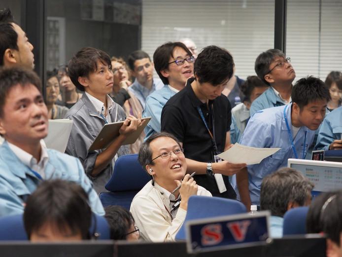 Spanning op de gezichten van de Jaxa-medewerkers aan het begin van de landing van Hayabusa2.