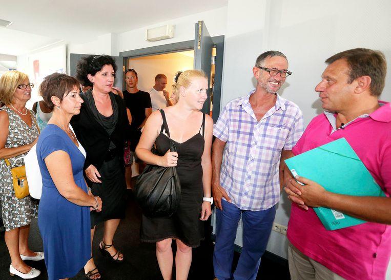 Een beeld uit 2012 met de papa van Julie (rechts) met toenmalig minister van Justitie Annemie Turtelboom en andere ouders van slachtoffers van de bende van Dutroux. Ook Laetitia Delhez (zwarte jurk), één van de laatste slachtoffers van Marc Dutroux die bevrijd kon worden, was hier aanwezig.