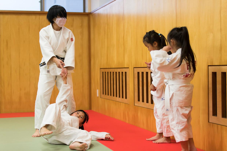 Leerlingen van een basisschool in Oiso, bij Tokio, krijgen training in valtechnieken.  Beeld AP