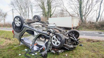 Vrouw kritiek, man zwaargewond bij frontale botsing met vrachtwagen