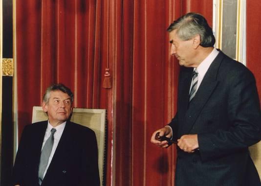 Wim Kok neemt de voorzittershamer van de ministerraad over van Ruud Lubbers.