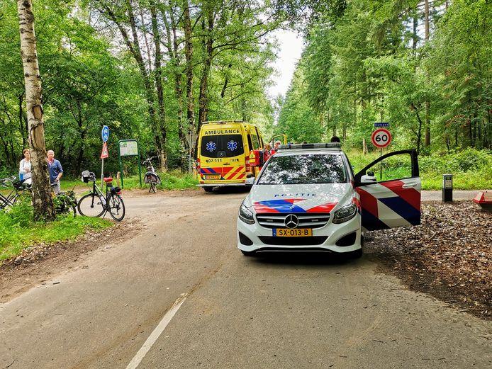 Een fietsster viel op de kruising van de Immenweg met de Wekeromseweg in Wekerom. Ze raakte daarbij zeer vermoedelijk ernstig gewond.