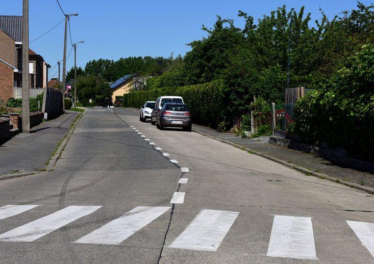 Blijkbaar weet niet iedereen dat men langs een witte stippellijn niet mag parkeren