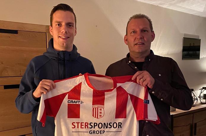 Julian Hellendoorn poseert met het shirt van zijn nieuwe club.