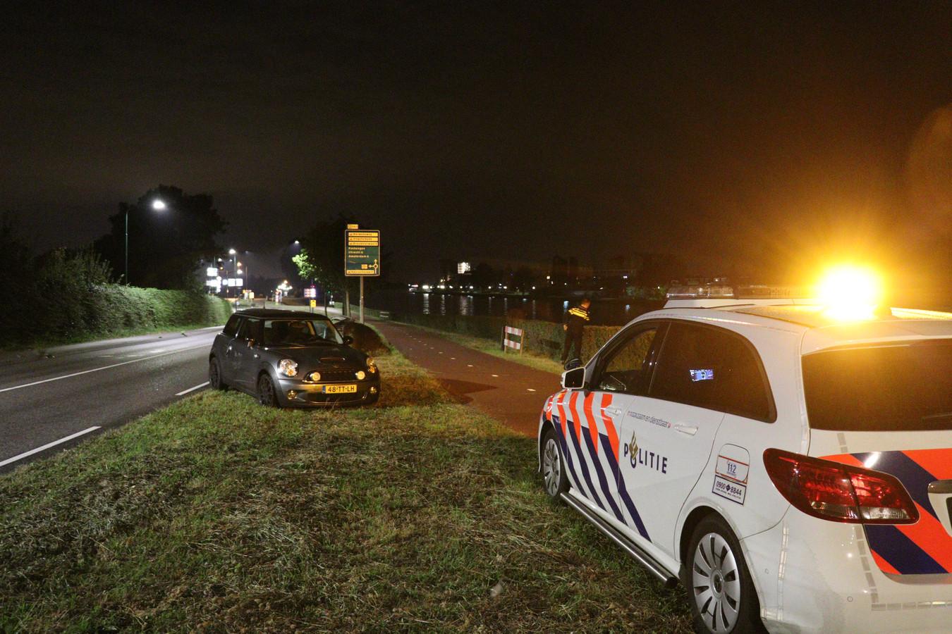 Politie vindt beschadigd voertuig langs de weg in Breukelen.