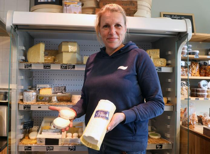 Maartje de Vos in haar winkel met Chablis kaas