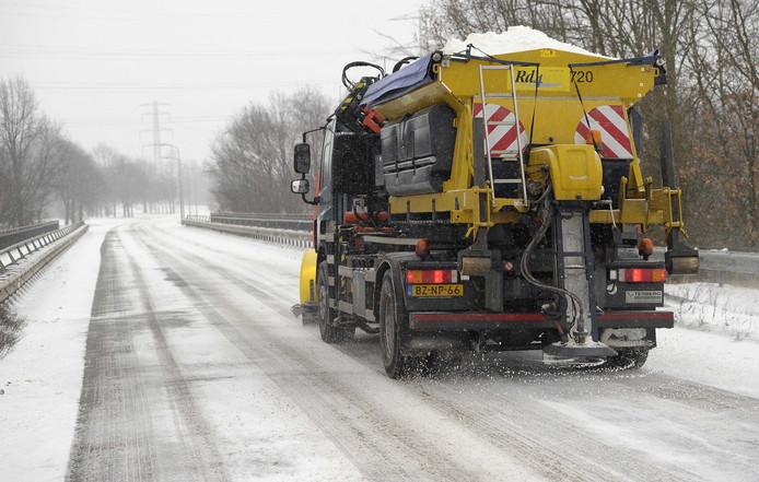 Een strooiwagen in actie. In een deel van Nijmegen zijn ze deze winter niet meer te zien.