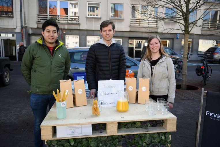 De UCLL-studenten scoren op de Leuvense vrijdagmarkt met hun milieuvriendelijke rietjes.