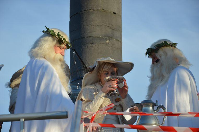 Schepen Kristin Vangeyte drinkt visjes op de Oudenberg.