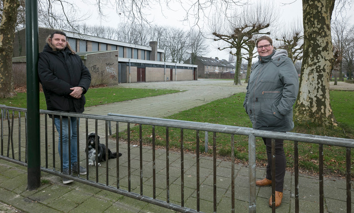 Eric van den Broek en Karina Zegers van de wijkraad Bloemendijk op de locatie aan de Papaverstraat in Schijndel, waar zij graag een wijkgebouw zien komen.