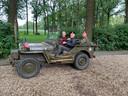 Max Clark tijdens de rondleiding door Arnhem en omgeving. De Vitessenaar zit op de bijrijdersstoel.