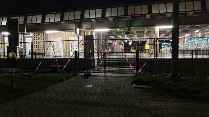 De stationsingang nabij het Stadskantoor aan de Hengelosestraat (foto) is afgesloten, evenals het perron bij de spoorwegovergang.
