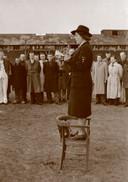 Loes van Overeem spreekt in Kamp Amersfoort gevangenen toe.