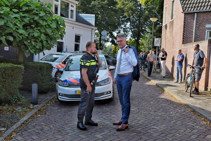 Burgemeester Hans Janssen van Oisterwijk laat zich bijpraten over de steekpartij in zijn dorp.