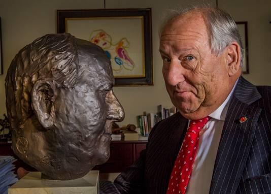 Gerard van den Tweel met zijn bronzen evenbeeld.