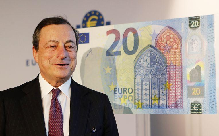 ECB-voorzitter Mario Draghi met het nieuwe briefje.
