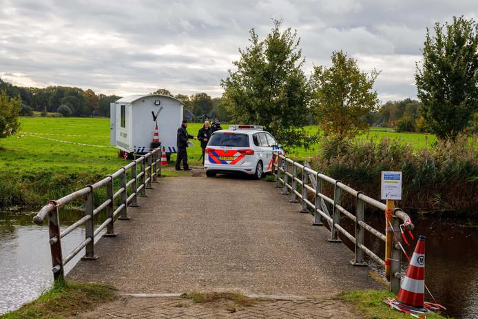 De politie bij de boerderij in Ruinerwold.