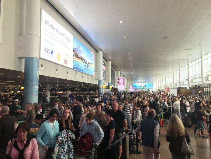 Heel wat mensen staan aan te schuiven in de vertrekhal door de problemen met de bagage.