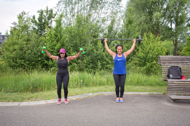 Dorothy Brunings (48, met het blauwe shirt) en Astrid Gravenbeek (56, met paars petje) trainen drie keer per week samen in het Máximapark. Beeld Jörgen Caris