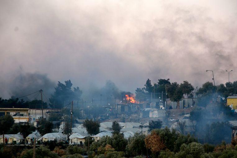 Vluchtelingenkamp Moria is nagenoeg geheel verwoest door de brand. Beeld AP
