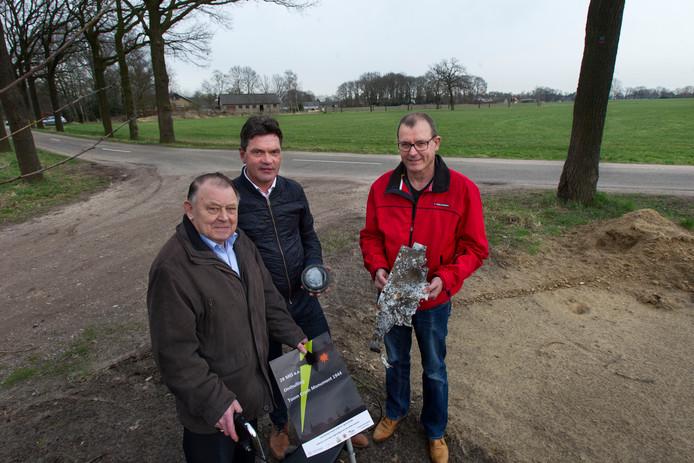 Toon Bogers, René Vos en Wim Ogier (vlnr) met op de achtergrond het weiland waar de Engelse bommenwerper neerstortte.