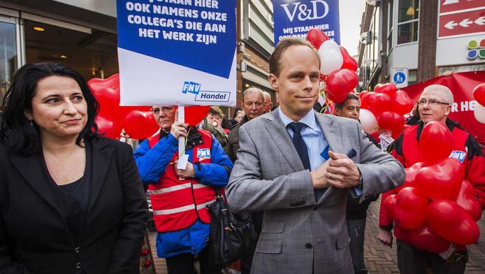Sanne Oosterhoff (R), directeur Operations Vroom en Dreesman met actievoerders voor een filiaal van het warenhuis.