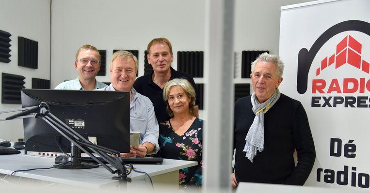 De ploeg die vandaag de eerste live-uitzending heeft gedaan: vlnr. Ruud Koninckx, Michel De Ville, Marc Dhollander, Toos Smet, Ferdi Vandeloo.