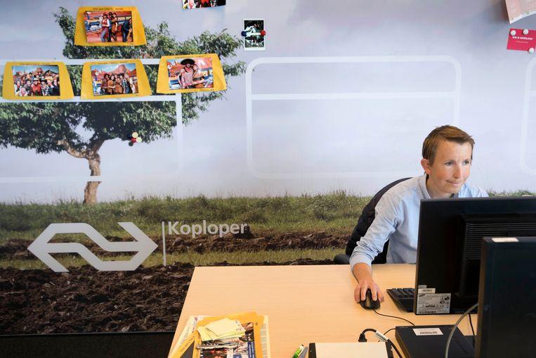 Jurgen Hamberg (27) heeft een groeistoornis en de ziekte van Crohn. Hij werkt op kantoor bij NS zakelijk op de afdeling sales support. Beeld Werry Crone