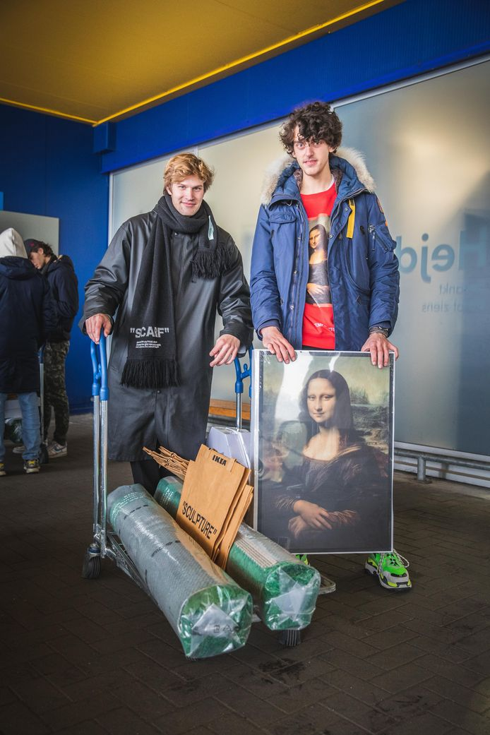 Stijn Raes en Gauthier Tytgat hebben het groene tapijt met met het opschrift 'Wet grass' en het Mona Lisa schilderij.