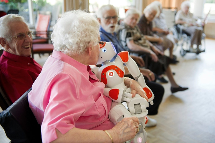 In Huize Elisabeth in Vught werd zorgrobot Zora warm verwelkomd. Archieffoto: Roy Lazet
