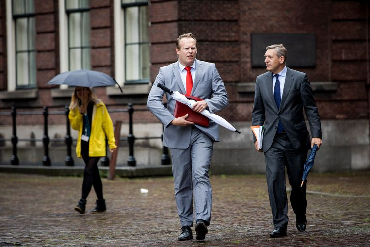 Sybrand Buma en Pieter Heerma op weg naar de formatie van Rutte III.  Beeld Freek van den Bergh
