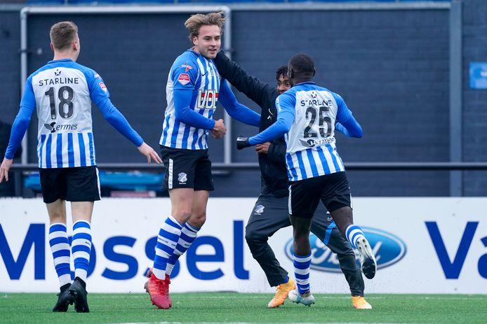 Invallers Pieter Bogaers en Alef Joao (r) vieren de 3-2. In trainingspak is het Jacky Donkor die het feestje meeviert.