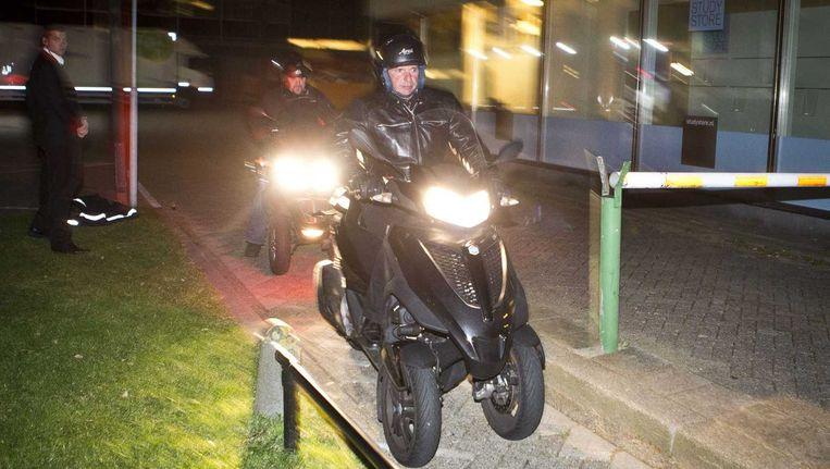Willem Holleeder (R) verlaat op een motorscooter met 3 wielen het universiteitsterrein de Uithof na het interview voor het tv-programma College Tour, een dag voor de uitzending. Holleeder werd ondervraagd door studenten en door presentator Twan Huys, in een collegezaal van de universiteit van Utrecht. Beeld ANP