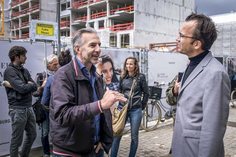 Mordechai Krispijn (links) in gesprek met hoofdredacteur Pieter Klok. Beeld ANP