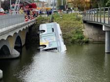 Lijnbus rijdt het water in: chauffeur en twee passagiers naar ziekenhuis