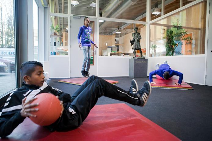 Het beweeg-vmbo van het Stanlislas College, waarbij leerlingen op de gang aan het sporten zijn.