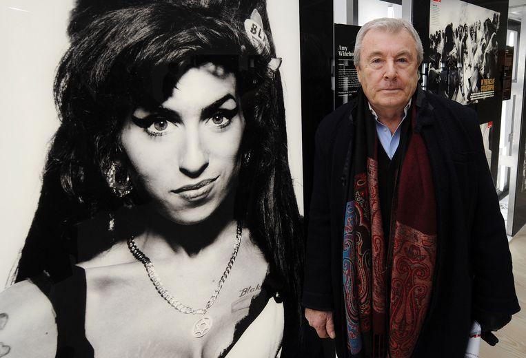 Terry O'Neill met een portret dat hij maakte van zangeres Amy Winehouse.  Beeld Getty Images