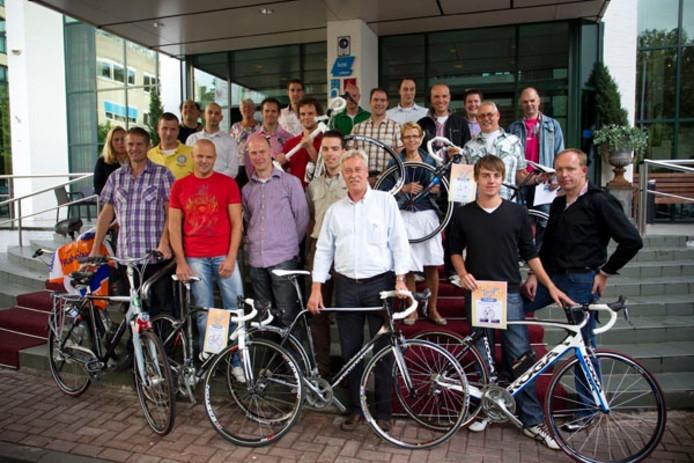 Joost Posthuma met de winnaars van het dagklassement. Foto Rikkert Harink