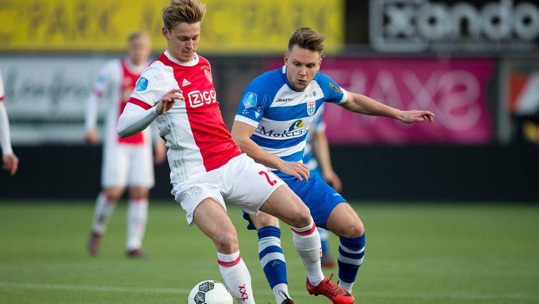 Frenkie de Jong in duel met PEC-speler Wouter Marinus. Beeld Pro Shots/Niels Boersema