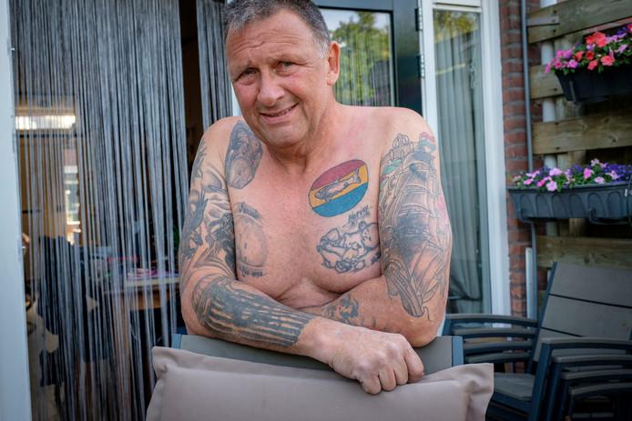 De linkerborst van Hennie Hilversum (55) is zo Vlaardings als maar zijn kan. De huid is rood, geel en blauw getatoeëerd. Het zijn de kleuren van de Vlaardingse vlag. Bovenop prijkt een grote, grijze haring. De trots van een stad.