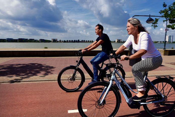 Twee elektrische fietsers