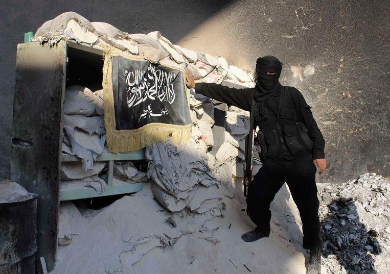 Archieffoto uit 2013: een strijder van de jihadistische groepering Jabhat al-Nusra, de Syrische tak van al-Qaida, in de belegerde Syrische stad Aleppo.