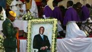 Honderden mensen wonen begrafenis Mugabe bij