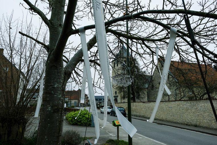 In de bomen in de Vanheylenstraat in Melsbroek werden vrijdag lintjes gehangen voor het zorgpersoneel.