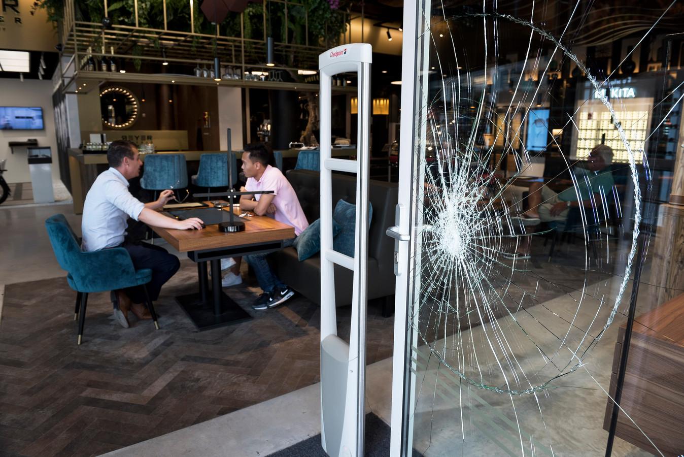 Bij opticien Reyer Lafeber in Leidsche Rijn Centrum is geprobeerd de voordeur in te rammen.